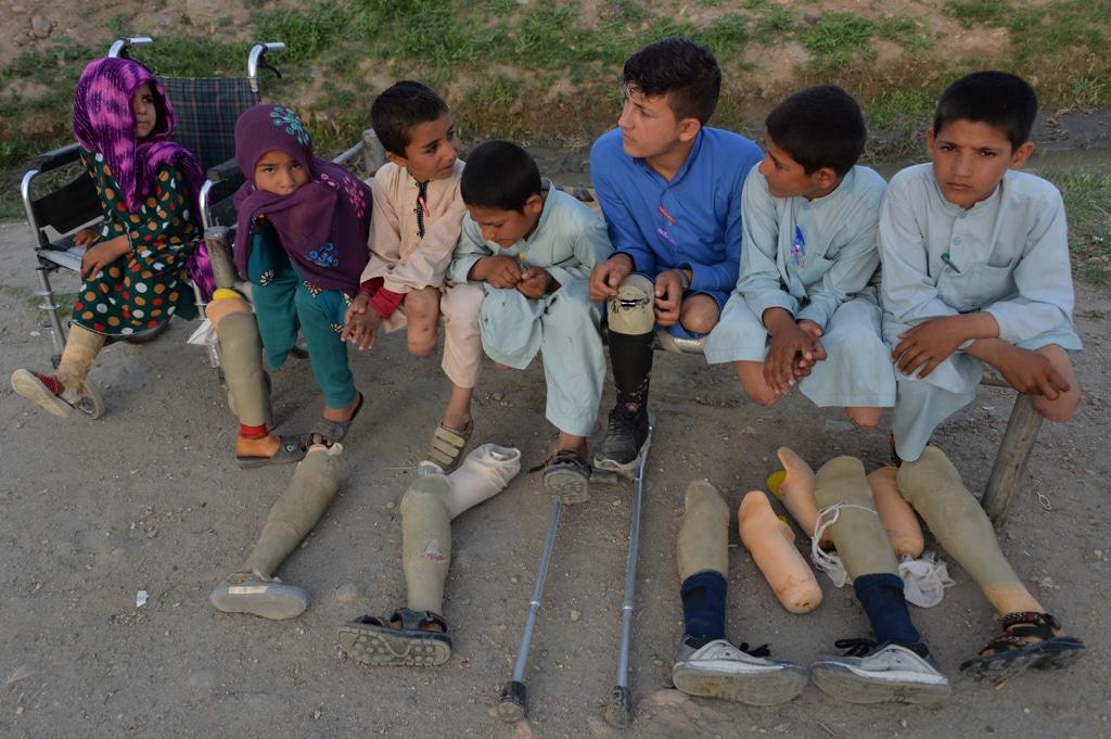 I figli e i nipoti di Hamisha Gul davanti alla loro casa nel distretto di Khogyani, Nangarhar, Afghanistan, il 30 aprile 2019. - Noorullah Shirzada, Afp