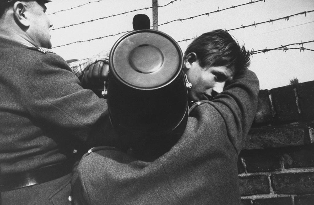 Un ragazzo viene bloccato dalla polizia dopo avere tentato di scappare verso Berlino Ovest, 1961. - Paul Schutzer, The Life picture collection/Getty Images