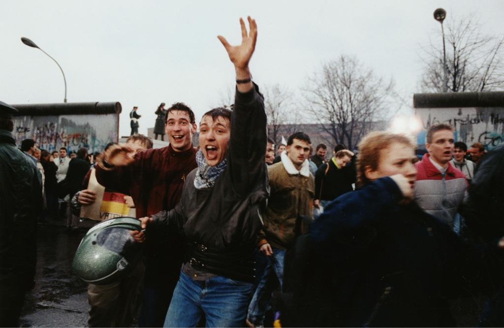 Giovani berlinesi festeggiano vicino a un passaggio aperto del muro, il 23 dicembre 1989. - Hansjoerg Krauss, Ap/Ansa