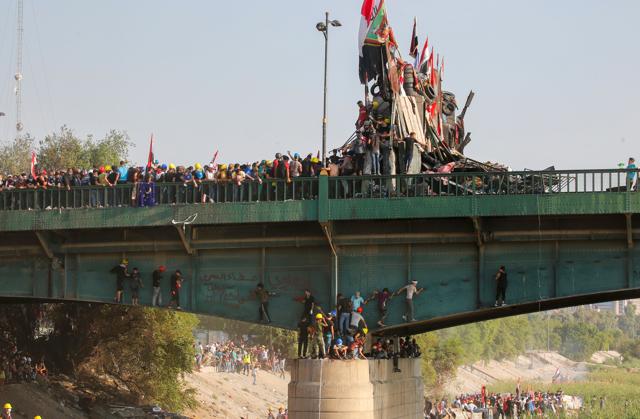 Il governo iracheno temporeggia e la protesta continua