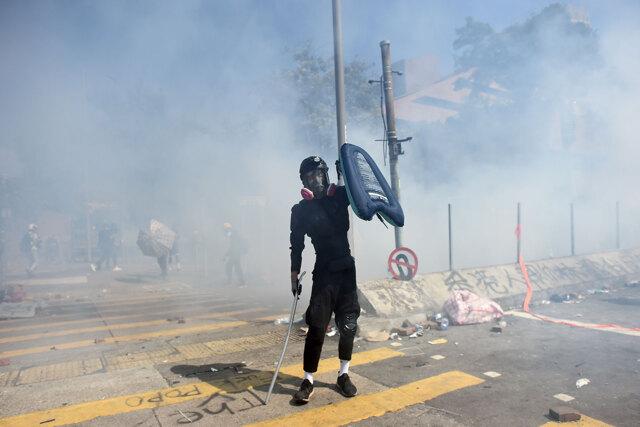 Vietato in guerra, il gas lacrimogeno è usato contro i manif