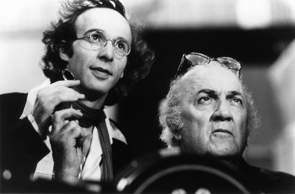 Roberto Benigni e Federico Fellini durante le riprese di La voce della luna, 1990. - Archives du 7e art/Cecchi Gori Group Tiger Cinematografica/Contrasto