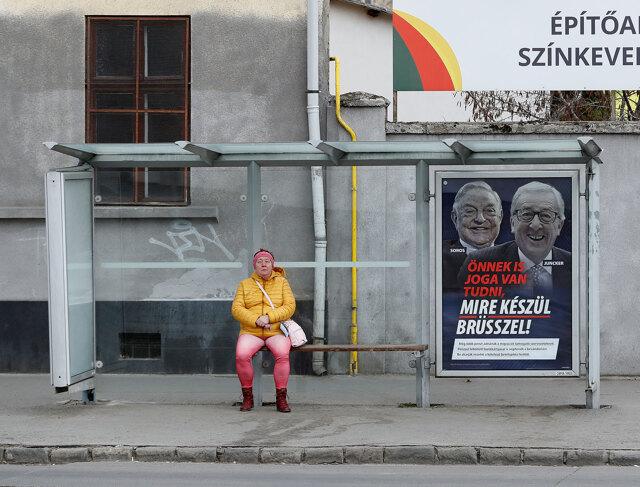Budapest, Ungheria, 2019. Manifesti contro Soros e l'Unione europea a una fermata d'autobus. - Laszlo Balogh, Getty images