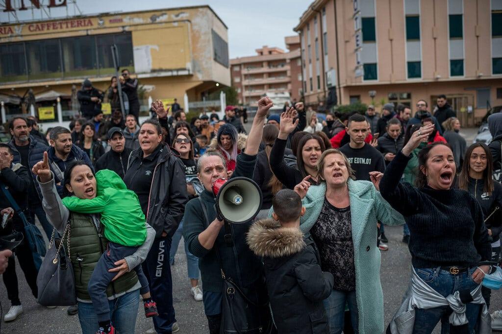 Familiari dei detenuti davanti al carcere di Rebibbia, a Roma, manifestano contro le misure decise dalle autorità carcerarie per contenere il coronavirus, il 9 marzo 2020. - Antonio Masiello, Getty Images