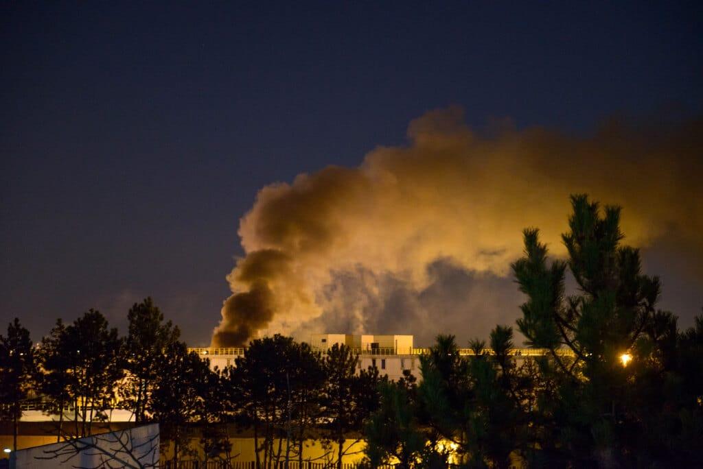 L'incendio scoppiato nella casa circondariale Rocco D'Amato a Bologna, in seguito ai provvedimenti di restrizione dei colloqui con i familiari per il coronavirus, il 9 marzo 2020. - Michele Lapini