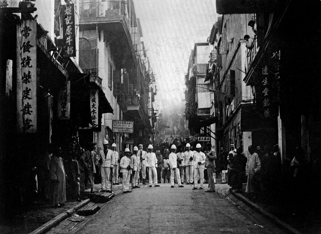 L'ispezione di una strada durante l'epidemia di peste a Hong Kong, 1890. - Apic/Getty Images
