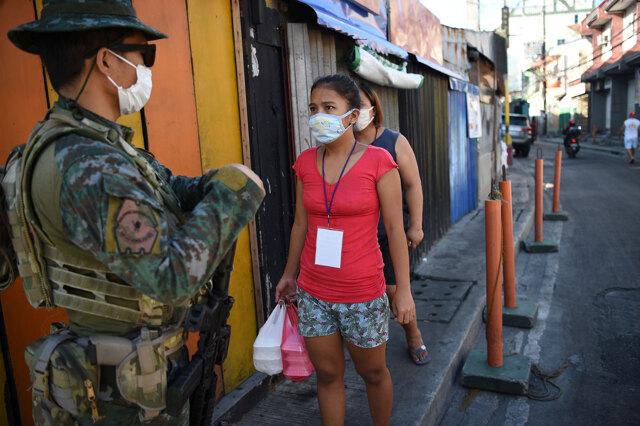 Nelle Filippine la polizia dà la caccia ai positivi e altre