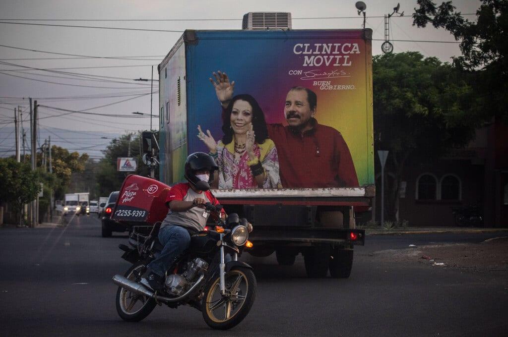 Un'immagine del presidente nicaraguense Daniel Ortega e sua moglie Rosario Murillo sul retro di un furgone che trasporta materiale sanitario. Managua, il 18 maggio 2020. - Inti Ocon, Afp