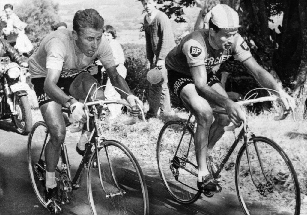 Poulidor (a destra) e Anquetil scalano il Puy-de-Dôme, il 12 luglio del 1964. - Afp