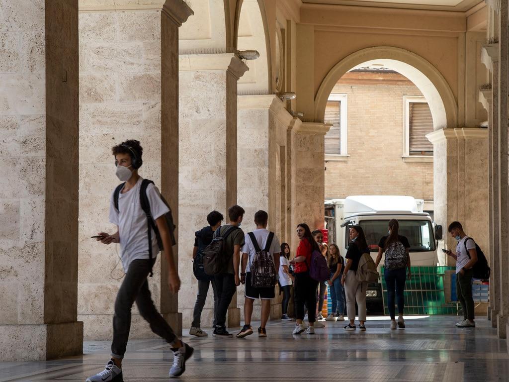 Un gruppo di studenti all'uscita di scuola, Macerata, 16 settembre 2020. - Ignacio Maria Coccia per Internazionale, Contrasto