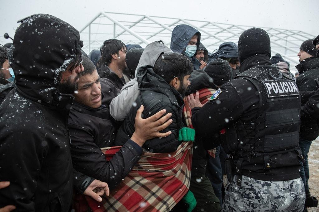 Durante la distribuzione del cibo al campo profughi di Lipa, 8 gennaio 2021. - Michele Lapini e Valerio Muscella