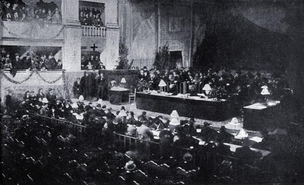 L'interno del teatro Goldoni durante il congresso socialista, Livorno, 17 gennaio 1921. - Fototeca Gilardi/Mondadori Portfolio