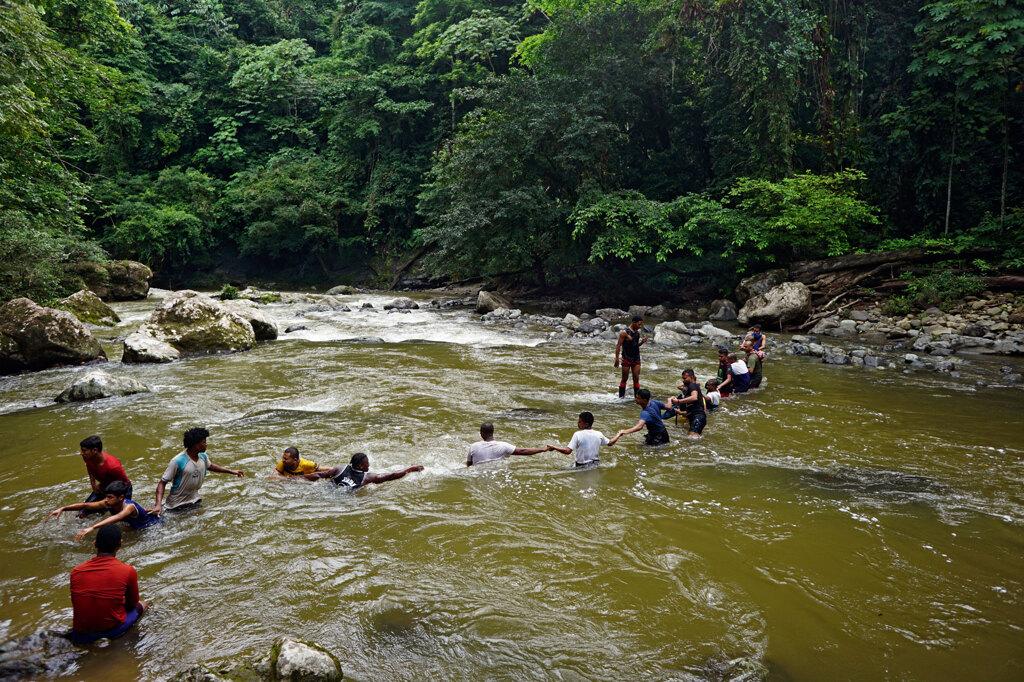Panamá, 24 agosto 2019. Un gruppo di migranti attraversa il fiume Parraganti. - Carlos Villalón